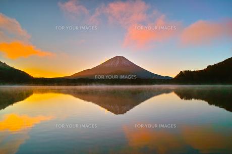 朝焼けと毛嵐が立ち上る精進湖と富士山の写真素材 [FYI01199957]