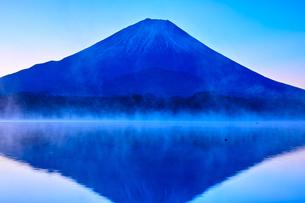 夜明け前の毛嵐が立ち込める精進湖と富士山の写真素材 [FYI01199958]