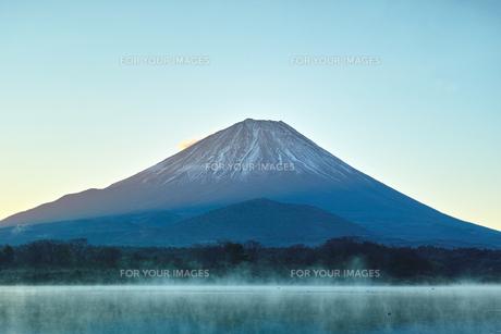 夜明け前の毛嵐が立ち込める精進湖と富士山の写真素材 [FYI01199960]
