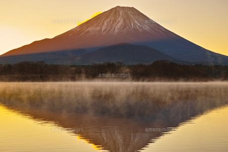 朝焼けと毛嵐が立ち上る精進湖と富士山の写真素材 [FYI01199961]