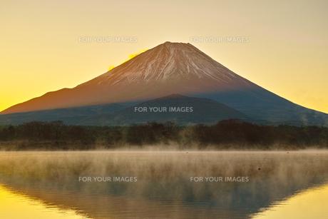 朝焼けと毛嵐が立ち上る精進湖と富士山の写真素材 [FYI01199962]
