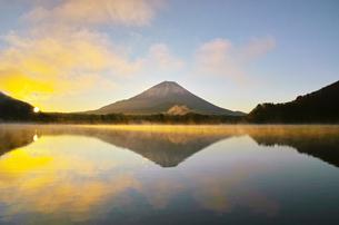気嵐が立ち上る日の出の精進湖と富士山の写真素材 [FYI01199973]