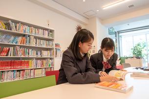 図書室で勉強をする二人の女子高校生の写真素材 [FYI01199981]