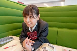 勉強しながらおしゃべりする女子高校生の写真素材 [FYI01199992]