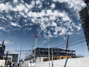 工事中の建物と空の写真素材 [FYI01200004]