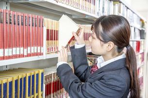 図書室で勉強する女子高生の写真素材 [FYI01200012]