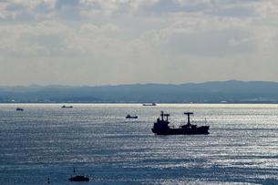 貨物船が航行する海の風景の写真素材 [FYI01200300]