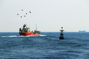 漁船が迂回する港に浮かぶブイの写真素材 [FYI01200302]