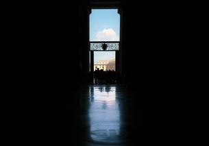 サン・ピエトロ大聖堂出口から見るサン・ピエトロ広場の写真素材 [FYI01200311]