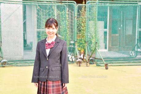 校庭に佇む女子校生の写真素材 [FYI01200341]