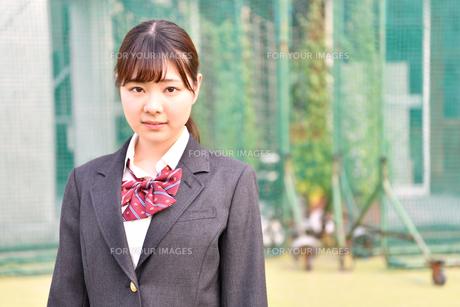 校庭に佇む女子校生の写真素材 [FYI01200342]
