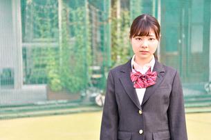 校庭に佇む女子校生の写真素材 [FYI01200343]