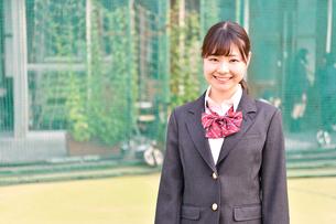 校庭に佇む女子校生の写真素材 [FYI01200344]