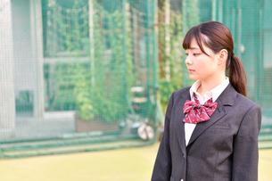 校庭に佇む女子校生の写真素材 [FYI01200346]