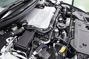 ハイブリッドカーのエンジンの写真素材 [FYI01200357]