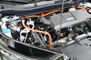 ハイブリッドカーのエンジンの写真素材 [FYI01200358]