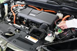 ハイブリッドカーのエンジンの写真素材 [FYI01200359]