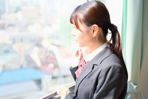 教室の窓際に佇む女子校生の写真素材 [FYI01200365]