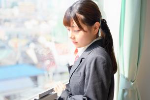 教室の窓際に佇む女子校生の写真素材 [FYI01200366]