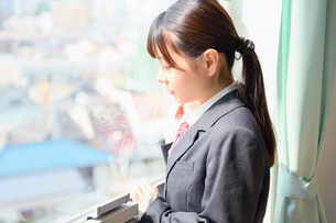 教室の窓際に佇む女子校生の写真素材 [FYI01200367]