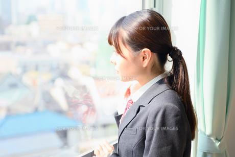教室の窓際に佇む女子校生の写真素材 [FYI01200368]