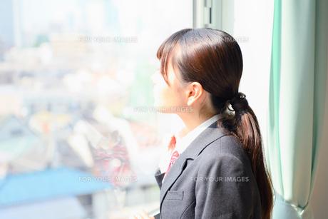 教室の窓際に佇む女子校生の写真素材 [FYI01200369]