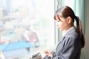 教室の窓際に佇む女子校生の写真素材 [FYI01200370]