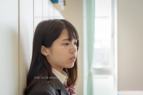 教室でたたずむ女子高生の写真素材 [FYI01200379]