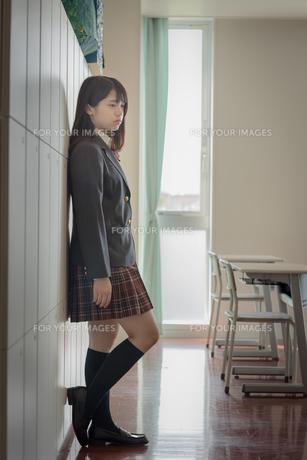 教室でたたずむ女子高生の写真素材 [FYI01200380]
