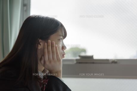ほおづえをつく女子高生の写真素材 [FYI01200381]