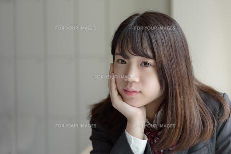ほおづえをつく女子高生の写真素材 [FYI01200382]