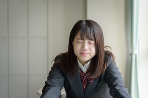 目を閉じる女子高生の写真素材 [FYI01200383]