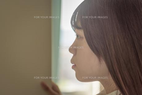 ロッカーをのぞく女子高生の写真素材 [FYI01200384]