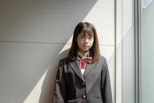 階段の女子高生の写真素材 [FYI01200386]
