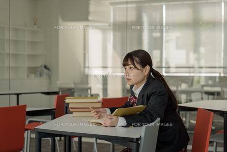 スタディールームの女子高生の写真素材 [FYI01200395]