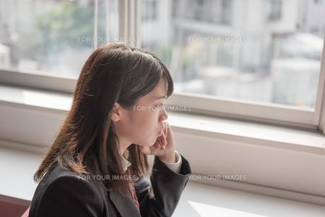 ほおづえをつく女子高生の写真素材 [FYI01200396]