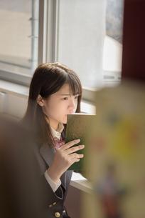 図書室で本を読む女子高生の写真素材 [FYI01200397]