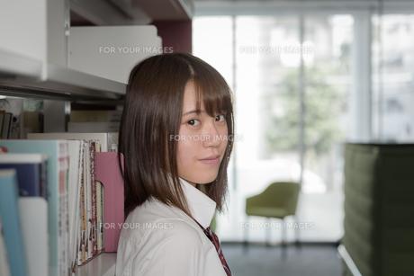 図書室の女子高生の写真素材 [FYI01200398]