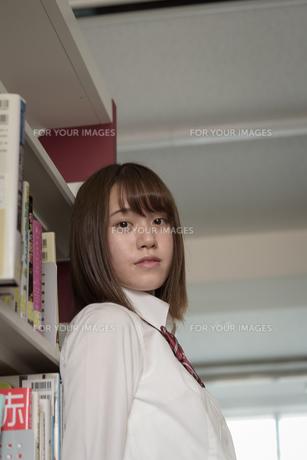 図書室の女子高生の写真素材 [FYI01200400]