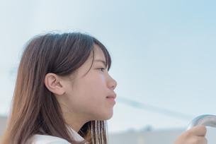 青空と女子高生の写真素材 [FYI01200401]