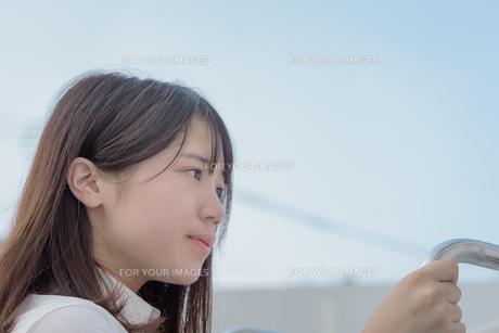 青空と女子高生の写真素材 [FYI01200402]