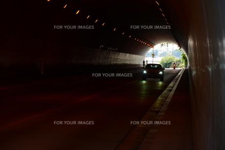 日本の風景 トンネル ・ ひんやり ほの暗い 美しい空間の写真素材 [FYI01200472]