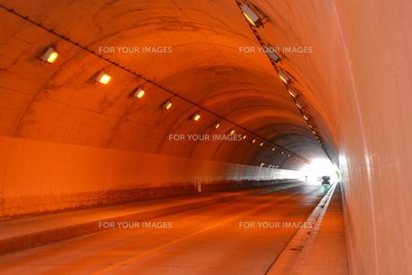 日本の風景 トンネル ・ ひんやり ほの暗い 美しい空間の写真素材 [FYI01200473]