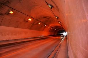 日本の風景 トンネル ・ ひんやり ほの暗い 美しい空間の写真素材 [FYI01200477]