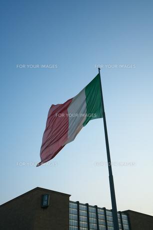 フィレンツェ・サンタ・マリア・ノヴェッラ駅になびくイタリア国旗の写真素材 [FYI01200483]