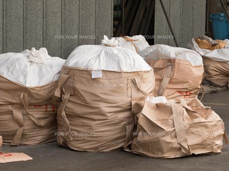 積み上げられた廃棄物の写真素材 [FYI01200530]