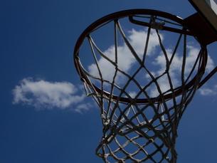 空とバスケットゴールの写真素材 [FYI01200840]
