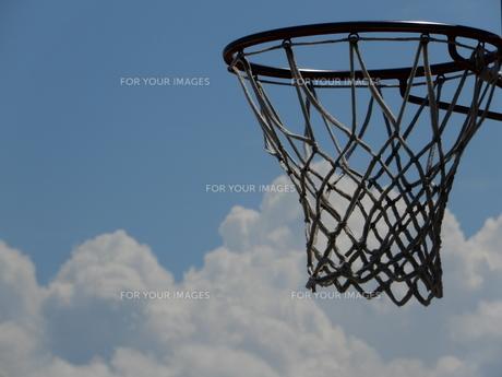 空とバスケットゴールの写真素材 [FYI01200841]