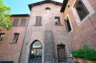 最後の晩餐が展示されているサンタ・マリア・デッレ・グラツィエ教会の食堂の出口の写真素材 [FYI01200847]