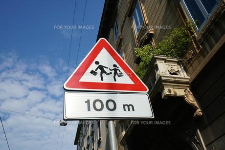 イタリアの道路標識(子供に注意)の写真素材 [FYI01200873]